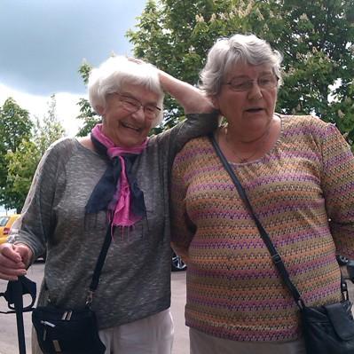 Bodil Pers (th) og hendes søster, som også bor i Jægermarken, i en hyggelig stund på årets bustur til Den Geografiske park ved Kolding